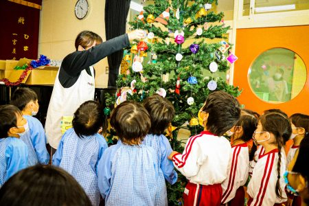 クリスマスツリー 飾りつけ